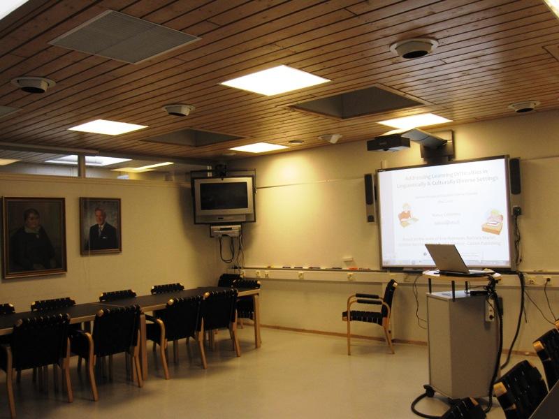 На третьем этаже для учителей, преподающих на неродном для детей языке, читала лекцию специалист из США