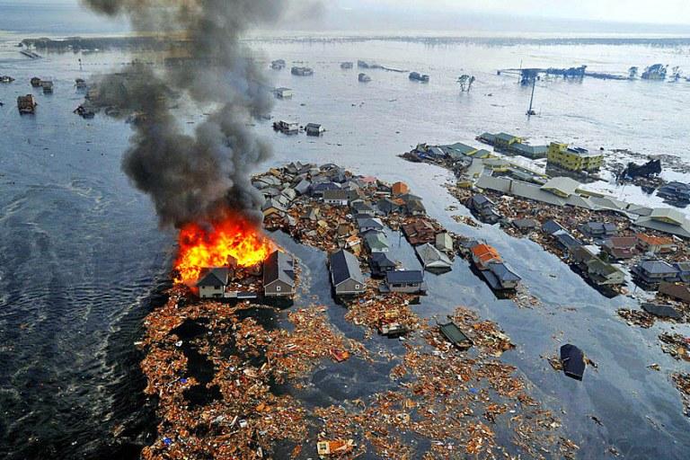 После землетрясения магнитудой 8,9 балла и цунами высотой 10 метров в городе Сендай, префектура Мияги, начались пожары