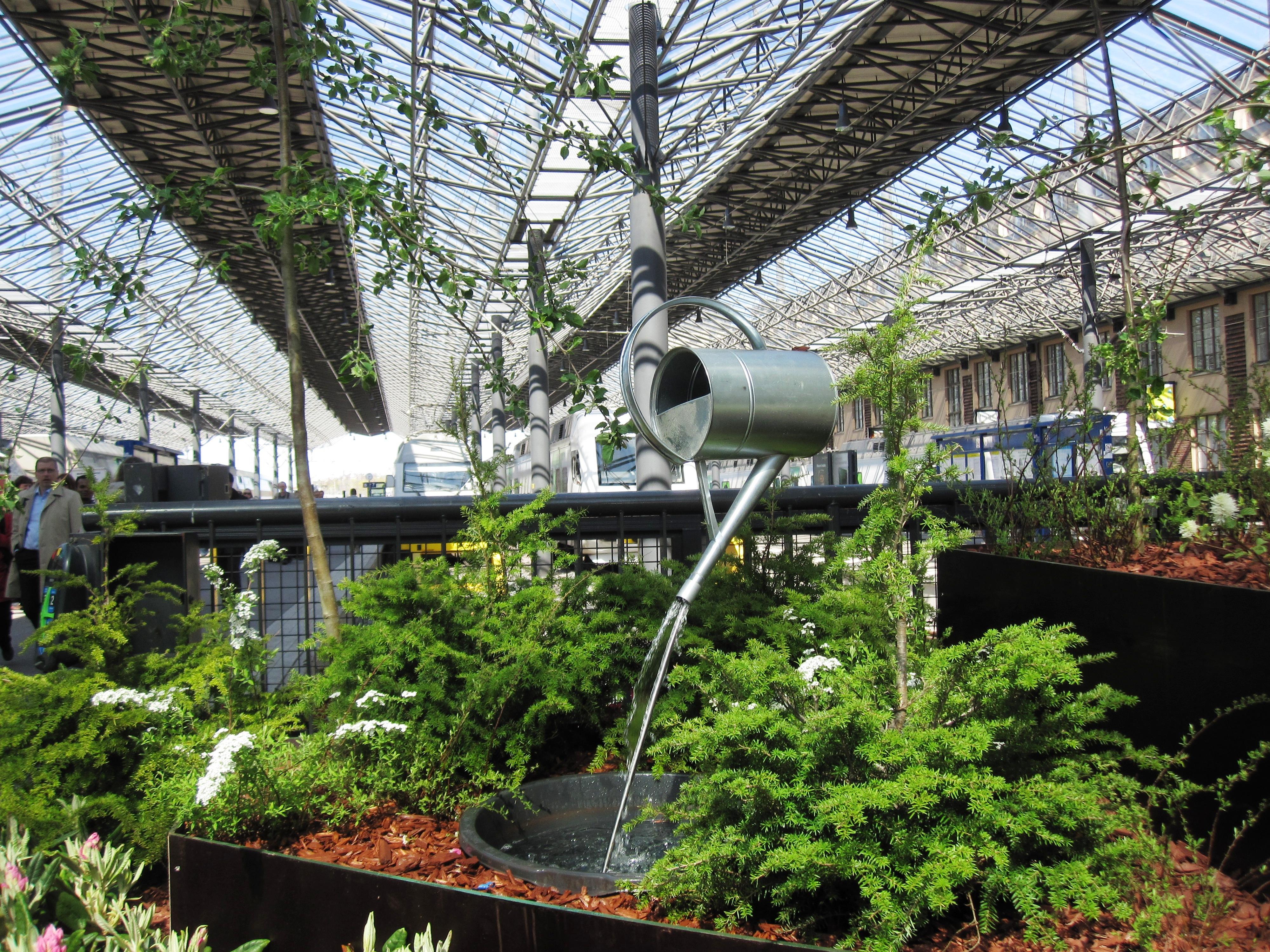 Фонтан в виде обычной садовой лейки на главном железнодорожном вокзале