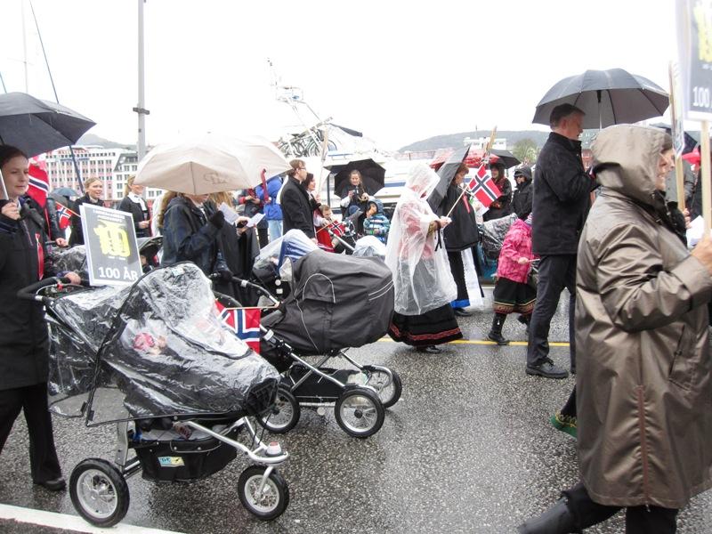 Норвежцы приучаются принимать участие в праздниках с младенчества