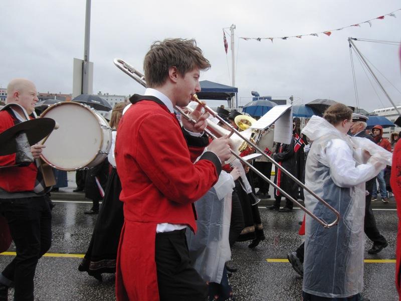 Множество различных духовых оркестров в разной форме участвовали в празднике