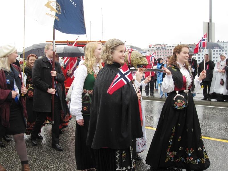 Очень много оригинальных женских национальных норвежских костюмов
