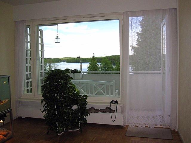 Балконная дверь у меня закрыта занавеской