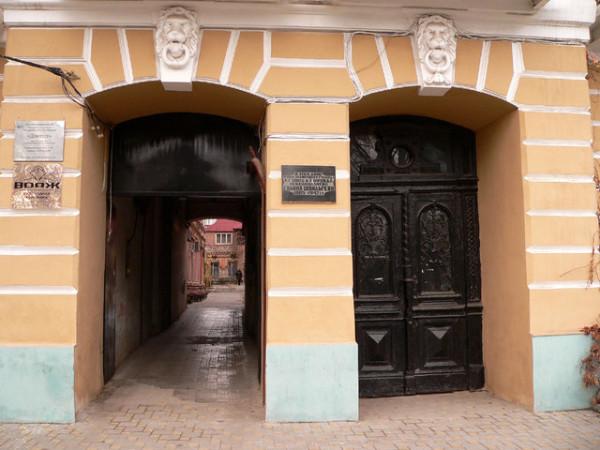 И на Пушкинской улице в ее родном городе на доме 83 висит мемориальная доска