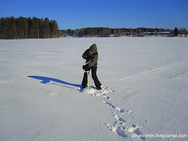 На зимней рыбалке во льду озер легко сверлятся лунки