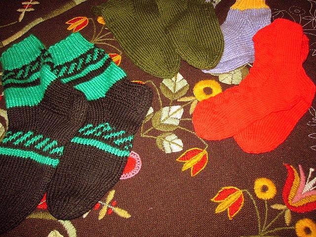 Связанные Сольвейг носки и вышитая скатерть
