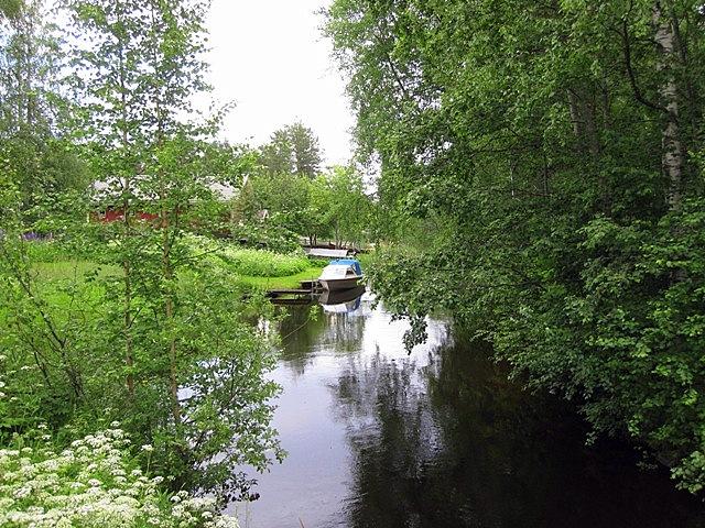 По берегам проток пришвартованы моторные лодки