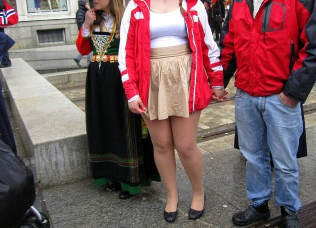 Толстые женщины в мини юбках
