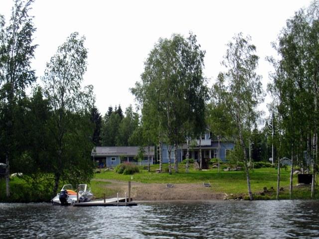 При разводе они продали дорогой дом в городе и уютную дачу у озера