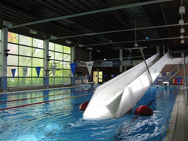 В большом бассейне расположены дорожки для плавания и горка