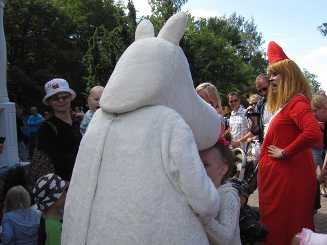 Девочка обнимает Муми-маму