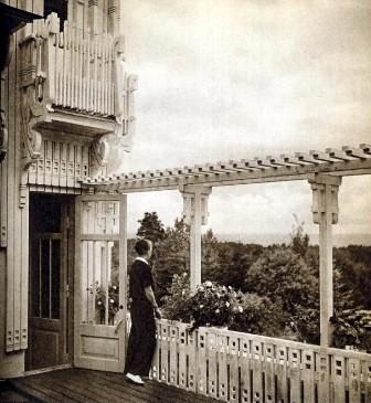 Молодая дама с балкона виллы Арфа