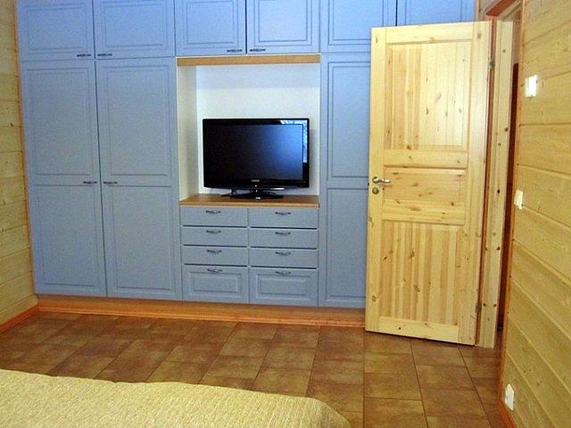спальня и шкаф с телевизором