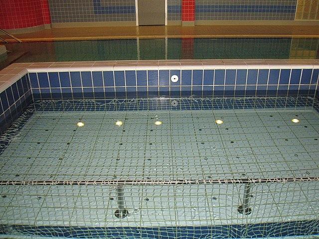 Внутри бассейна можно полежать в джакузи