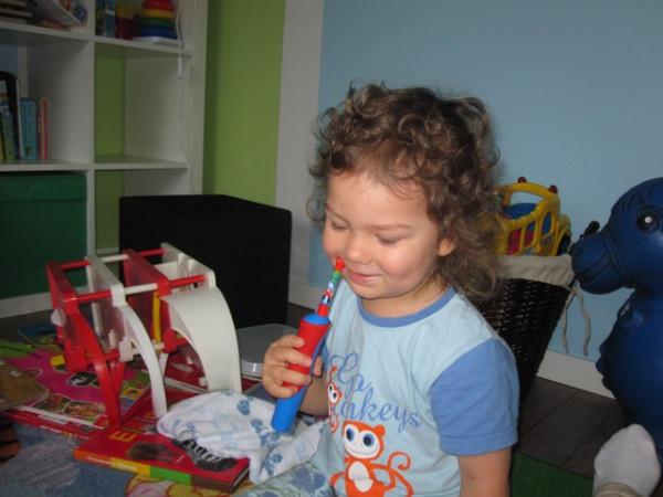 научились чистить зубы своей щеткой
