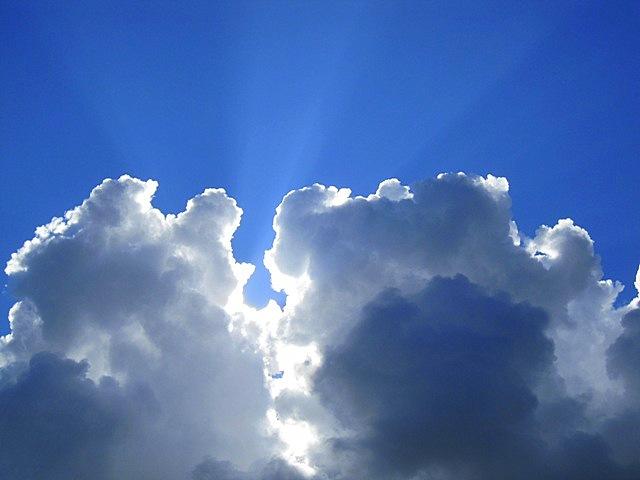 луч солнца из облаков