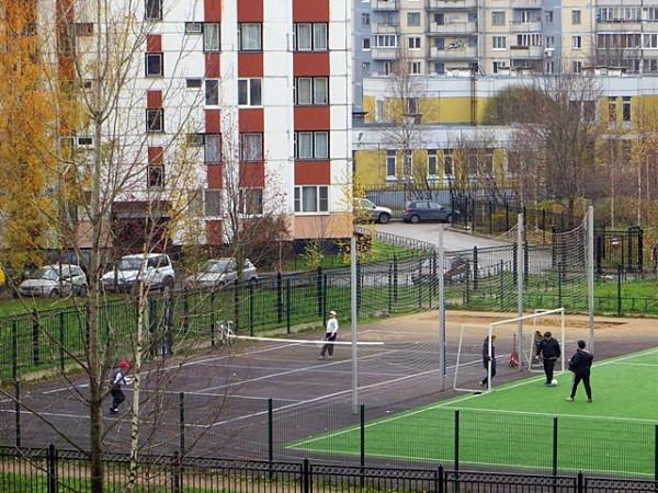 футбольный стадион и теннисный корт