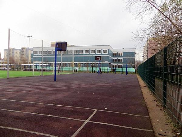 футбольный стадион и баскетбольная площадка