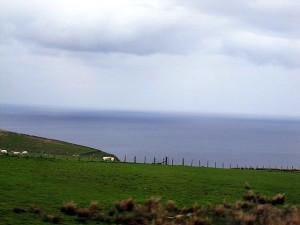 Залив Moray Firth Северного моря на подъезде к Hill O Many Stanes