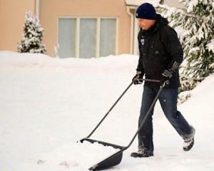 президент Финляндии убирает снег