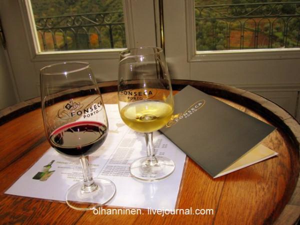 бокалы и винная карта винодельни