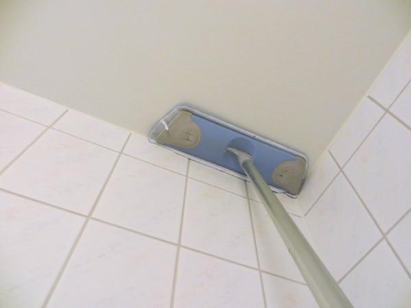 моем шваброй потолок ванной