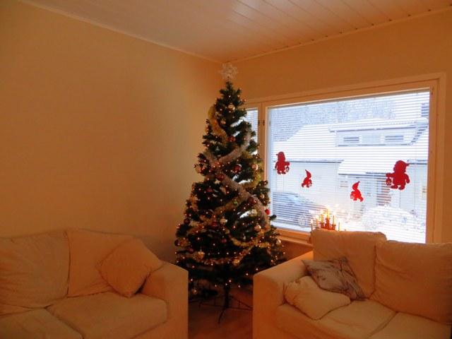 елка и гномики на окне
