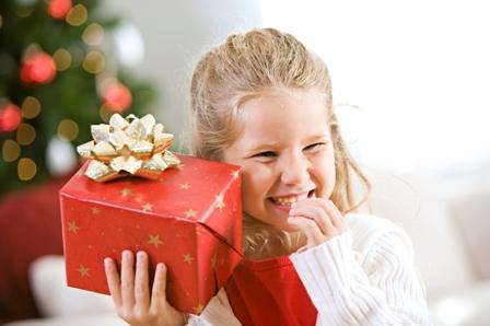 ребенок и подарок