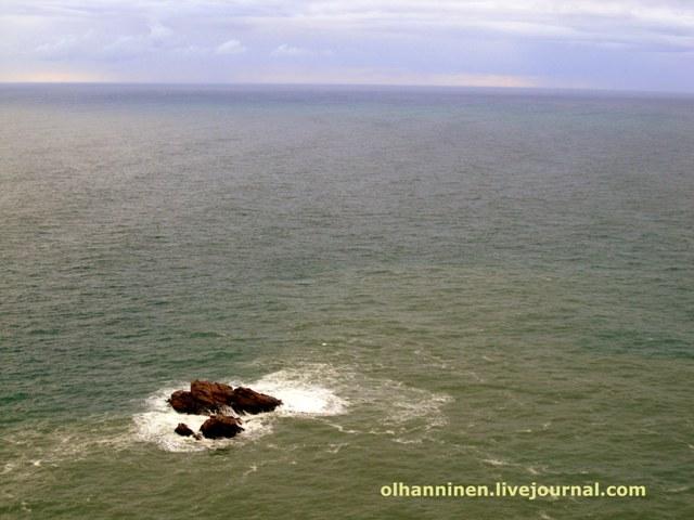 закат и скала в море