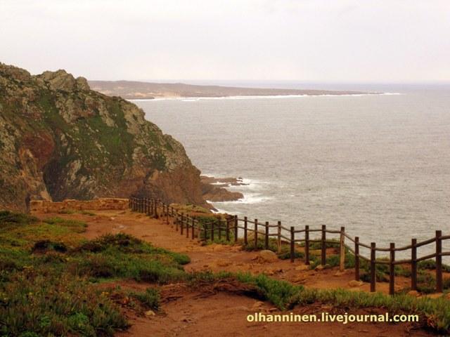 огражденная дорога по скале вдоль моря на крайнем Европейском западе