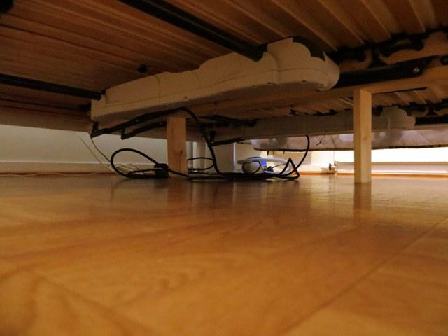 шнуры под кроватью