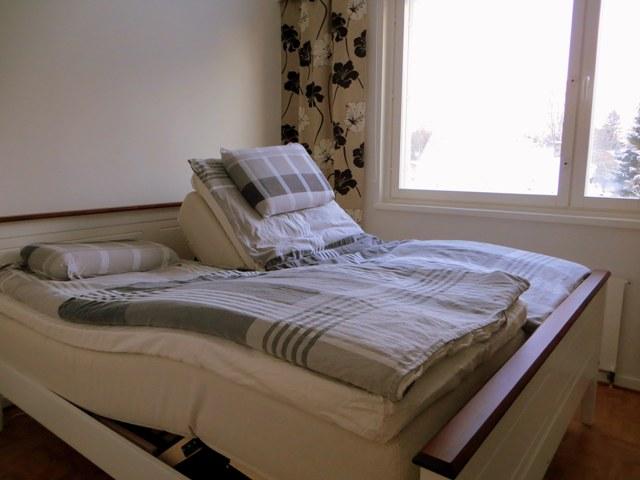 кровать с бельем вверх и вниз