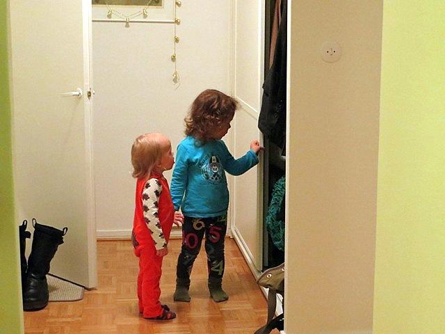 смотри,сколько в шкафу интересного