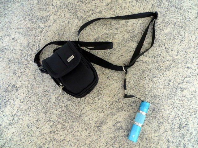 как к сумке пристегивается карабин с фонариком