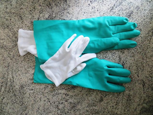 Белые хлопковые перчатки внутри резиновых