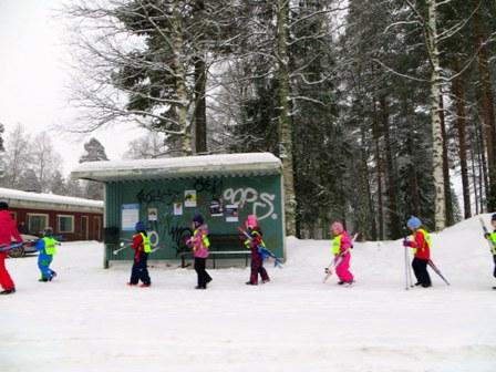 дети возвращаются с лыжной прогулки