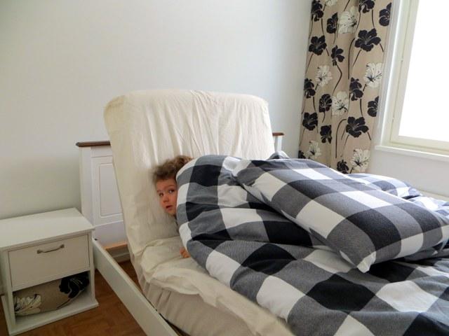 тумбочка отстоит далеко, в сидячем положении кровать в центре комнаты
