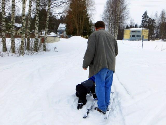 внук помогает деду поворачивать санки