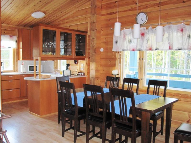 Кухня в коттедже очень удобно совмещена со столовой
