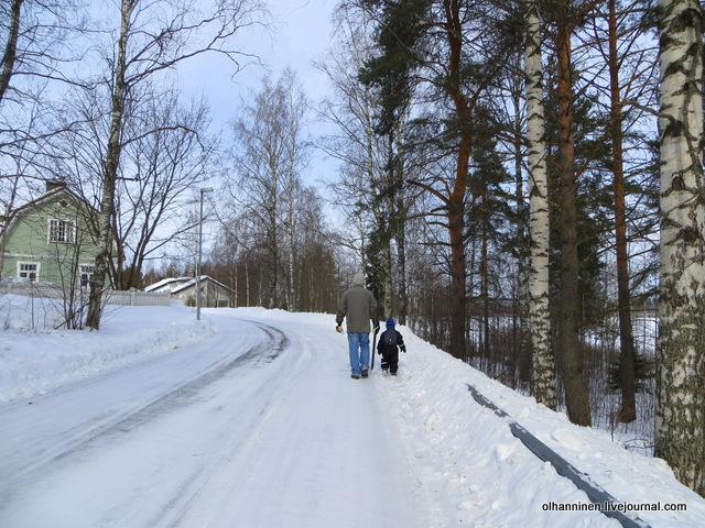 Дедушка и внук с лыжами