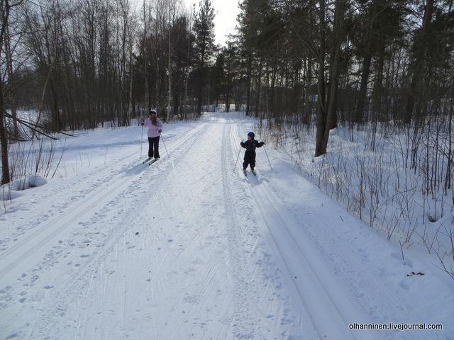 17-а я впереди бабули, потому что могу быстрей бегать, когда две лыжни и мы в одинаковых условиях