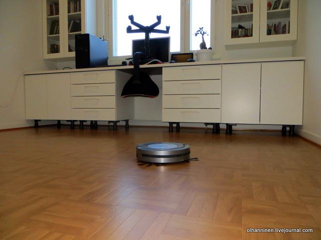 робот-пылесос в кабинете