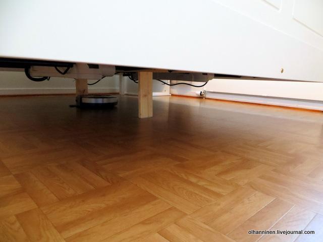 в спальне под кроватью шнуры убрали