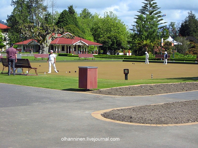 На окружающих полях отдыхающий народ играет в мячи