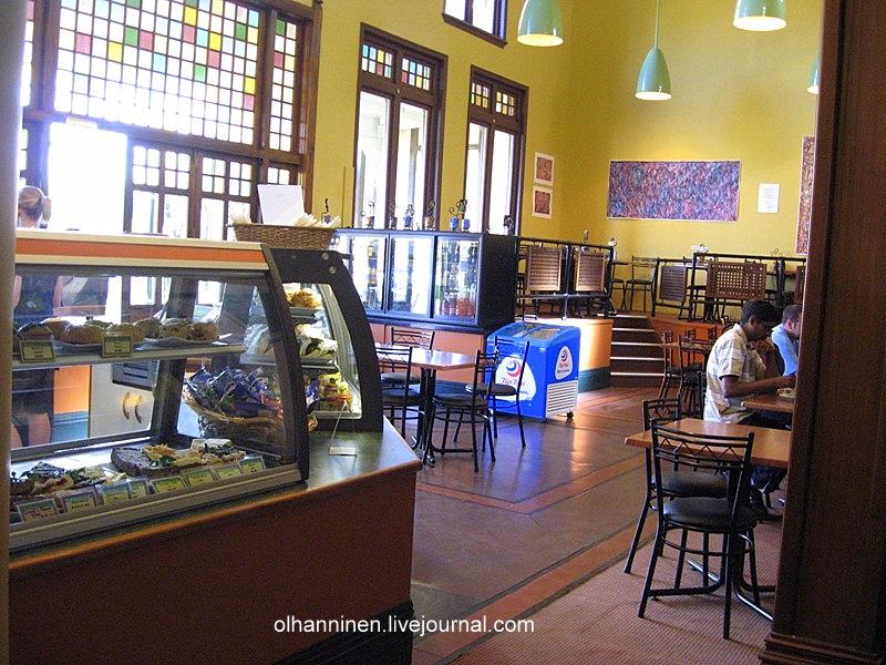 Современный интерьер кафе органично вписан в здание вековой давности