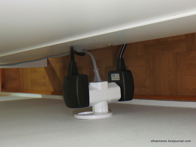 06-розетка, куда ведут провода от кровати
