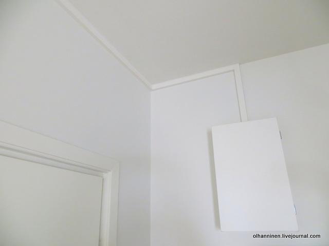 15-из распределительного щита вверх идет плинтус для электричества и затем вдоль соединения стены с потолком