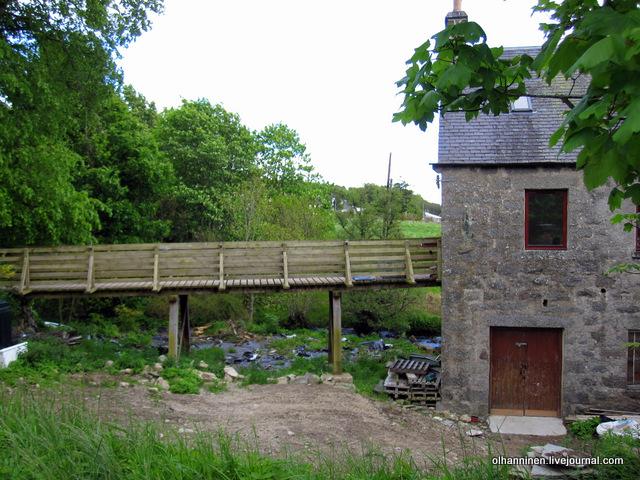 05-деревянный мостик через горную речку рядом с мельницей