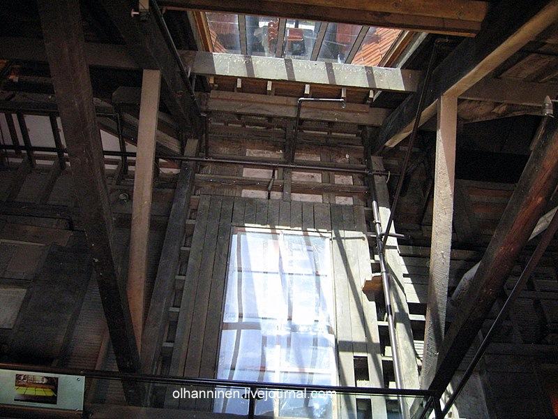 На такую крышу нужно залезть по крутой лестнице, чтобы сделать фотографии сверху