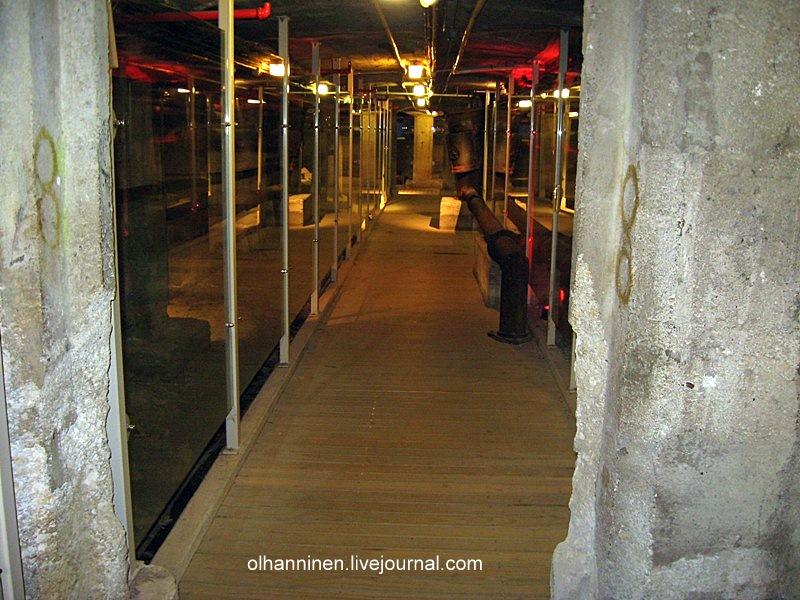 Узкий коридор, по бокам которого расположены ванны